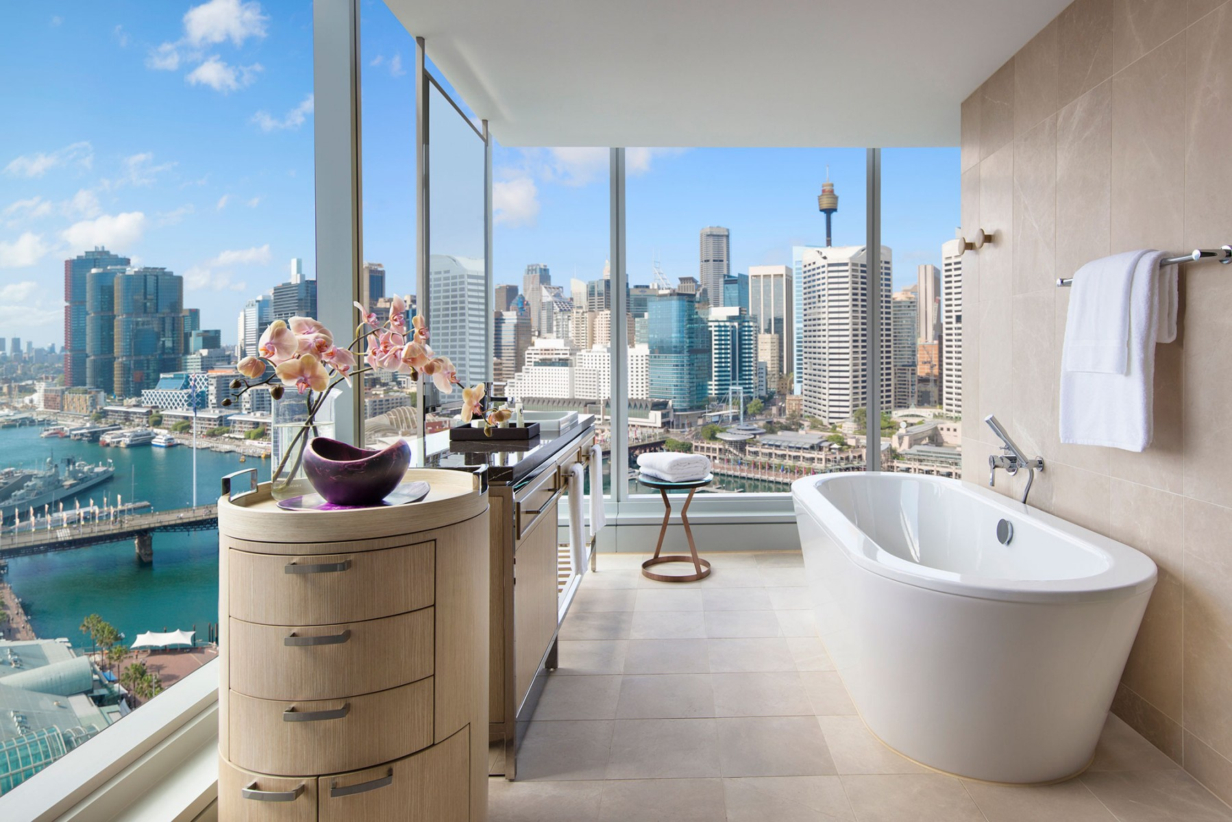Luxury-corner-room_darling-harbour-view_bathroom2